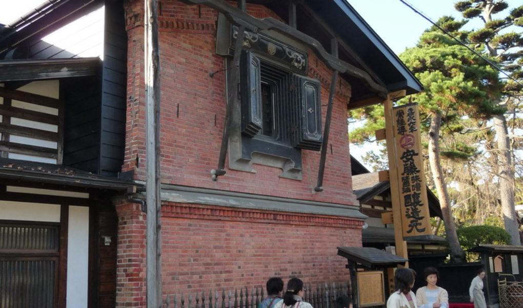 Старинный кирпичный дом